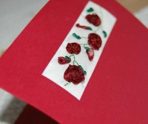 Bordó szalaggal hímzett rózsás képeslap