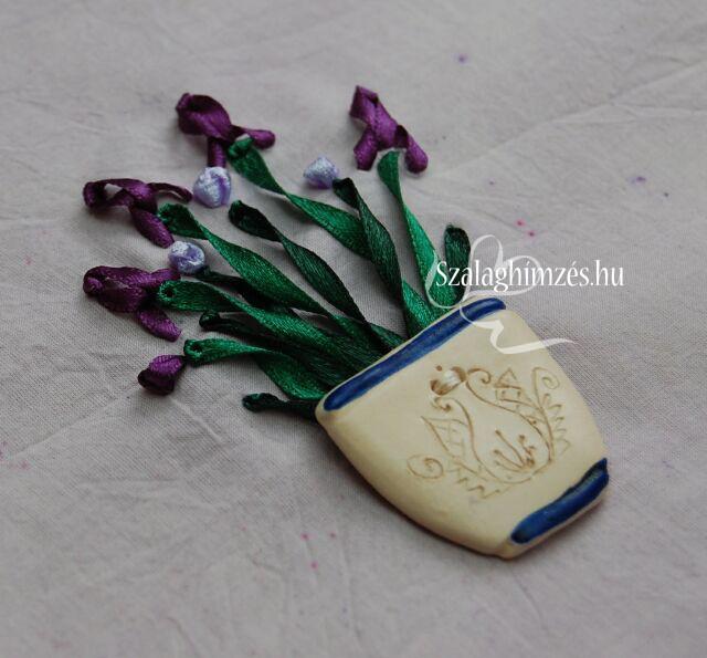 Szalaghímzéssel készített lila íriszek cserépben
