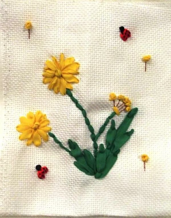 Julianna által hímzett gyermekláncfű - szalaghímzés