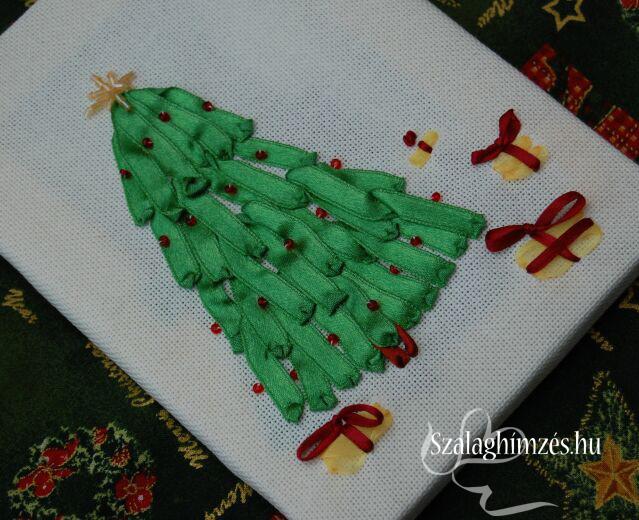 Szalaghímzéssel készült ünnepi Karácsonyfa ajándékokkal