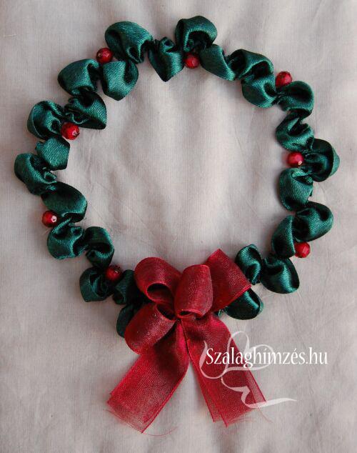 Karácsonyi szalaghímzéssel készített koszorú gyöngyökkel