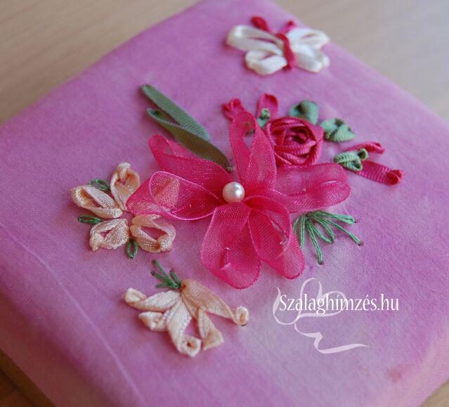 Szalaghímzett dobozka különféle virágokkal és egy pillangóval